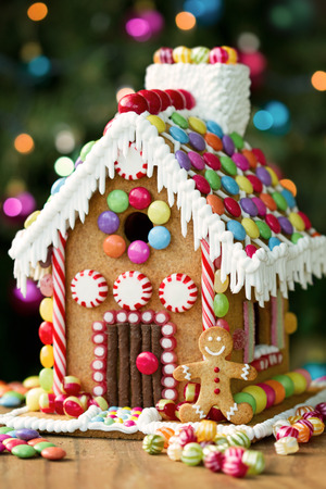 casita de dulces: Casa de pan de jengibre decorado con caramelos de colores Foto de archivo
