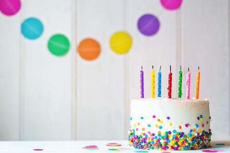tortas de cumpleaños: Torta de cumpleaños con velas sopladas hacia fuera Foto de archivo