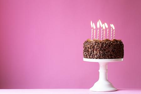 gateau anniversaire: Gâteau d'anniversaire avec des bougies roses