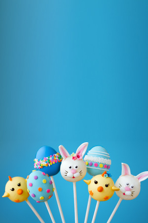 blue balls: Cake pops with an Easter theme