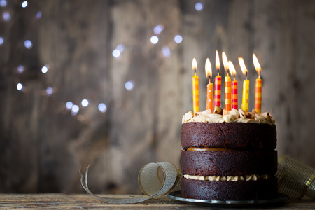 tortas de cumpleaños: Pastel de cumpleaños de chocolate con velas Foto de archivo
