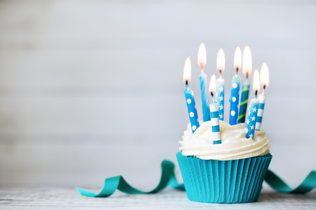 青誕生日の蝋燭とカップケーキ