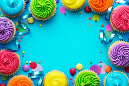 Fundo de festa com cupcakes e confetes Foto de archivo