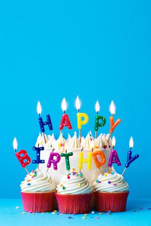 생일 축하 메시지가 담긴 생일 케이크