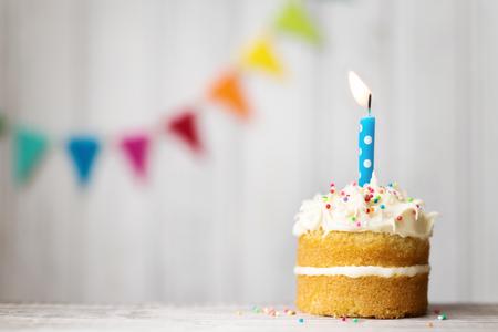 Mini tarta de cumpleaños con una sola vela Foto de archivo - 62967305