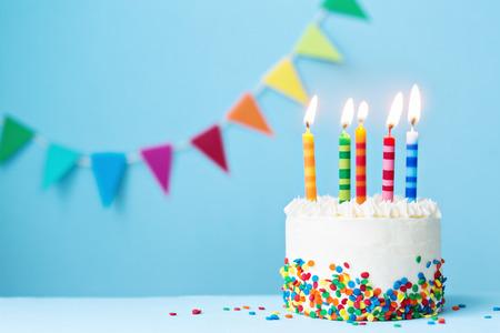 Torta de cumpleaños con velas de colores Foto de archivo - 68846975