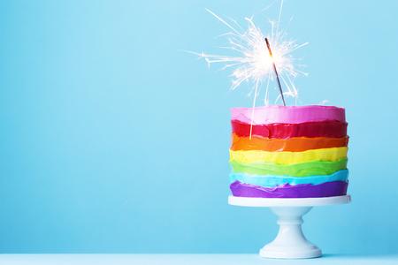 Regenbogen-Kuchen mit Sparkler Standard-Bild - 70121468