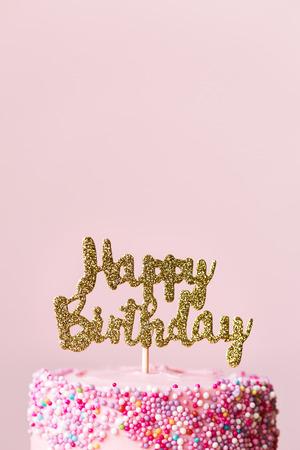 반짝 이는 배너와 함께 생일 케이크 스톡 콘텐츠