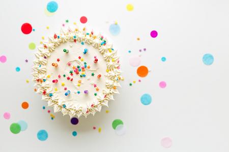 カラフルなキャンドルで誕生日ケーキ 写真素材 - 75083470