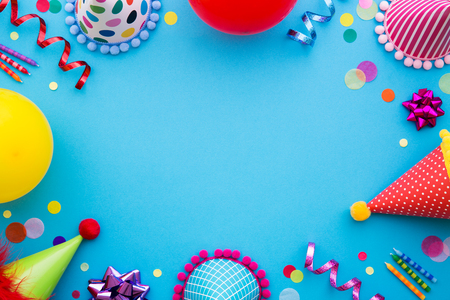 Birthday party background with party hats and streamers Banco de Imagens - 77211127