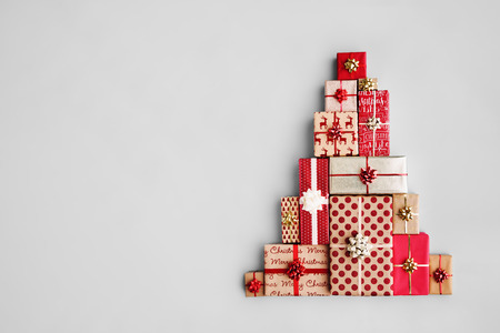 Christmas gift boxes laid out in the shape of a Christmas tree, overhead view Archivio Fotografico