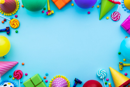 Birthday party background with party hats and candy Banque d'images