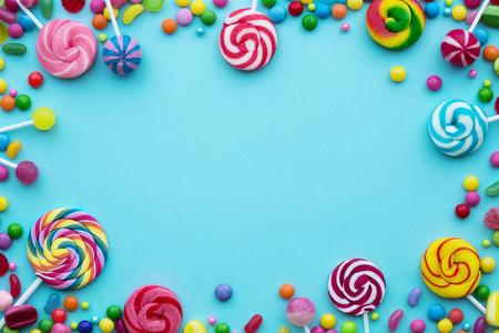Caramelle colorate su sfondo blu