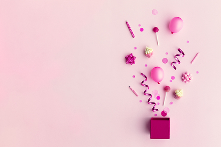 Collection of pink birthday party objects in a gift box Stockfoto