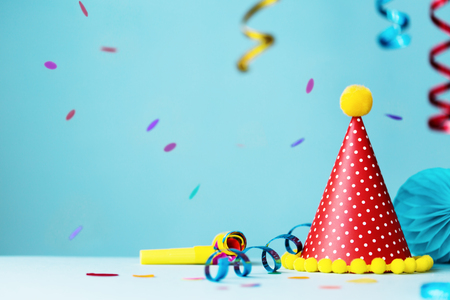 Colorful birthday party background with hat and streamers Banco de Imagens
