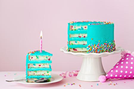 Bunte Geburtstagskuchen mit einer Scheibe und einer Kerze Standard-Bild - 98201665