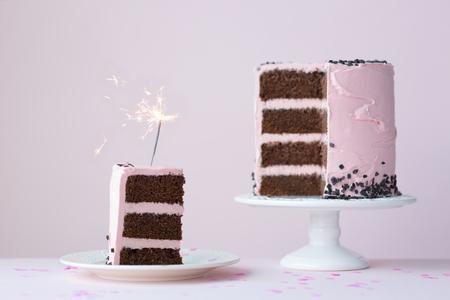 スパークラー付きチョコレートレイヤーケーキ