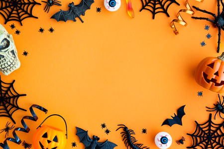 Raccolta di oggetti di festa di Halloween che formano una cornice