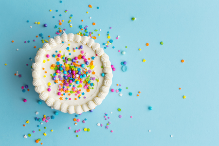Birthday cake top view with colorful sprinkles Imagens