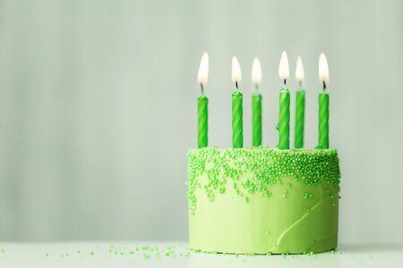 Gâteau d'anniversaire vert avec des bougies vertes