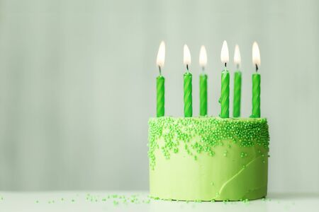 Green birthday cake with green candles 免版税图像 - 128517211