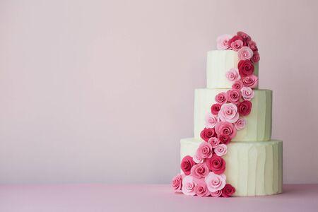 Wielowarstwowy tort weselny z różami z pasty cukrowej w kolorze różowym