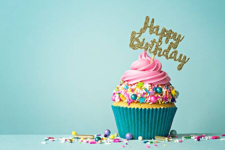 お祝いのカップケーキと幸せな誕生日のメッセージ 写真素材