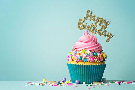 생일 축하 메시지가 있는 축하 컵케이크 스톡 콘텐츠