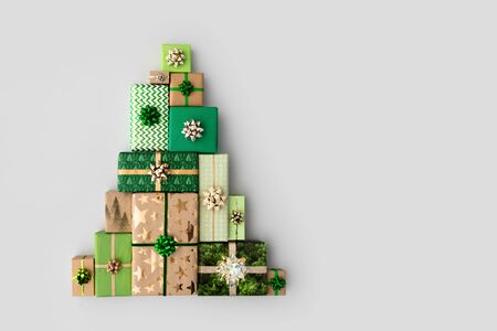 Christmas gift boxes laid out in the shape of a Christmas tree, overhead view Zdjęcie Seryjne