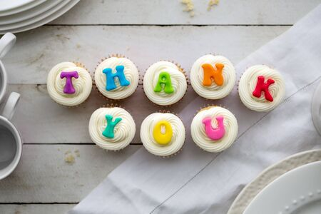 Cupcakes with thank you written in rainbow colors Zdjęcie Seryjne