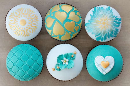 Wedding cupcakes decorated with teal and gold embossed fondant Zdjęcie Seryjne