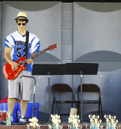 gutar: HAMPTON, VA-JUNE 9:Guitar player at the 3rd annual HCS car show at the Hampton Christian School in Hampton Virginia, 2012 in Hampton Virginia on June 9, 2012. Editorial