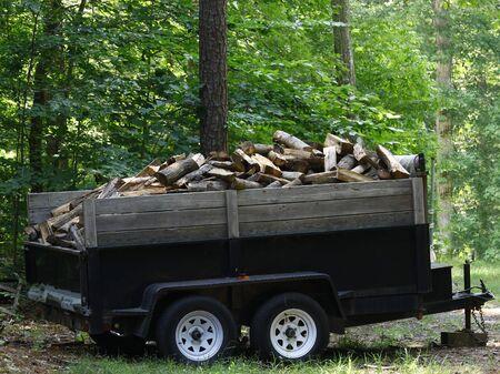 poele bois: Une remorque utilitaire complet des frais coup�s et bois fendu pour votre chemin�e ou po�le � bois � l'ext�rieur dans les bois en attente d'�tre livr� � votre domicile ou de r�sidence.