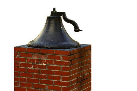 morter: Una vecchia campana grande chiesa su un piedistallo di mattoni isolato su bianco con spazio per il testo.