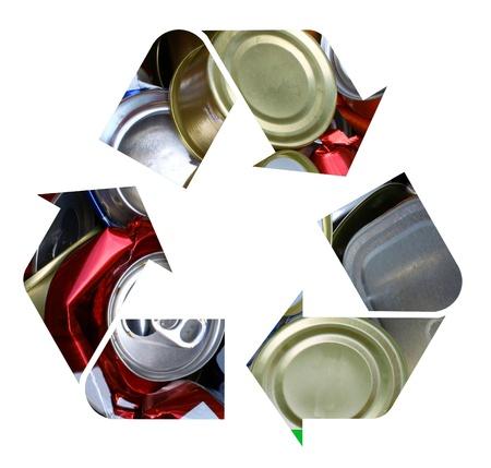 crushed aluminum cans: El s�mbolo internacional de reciclaje hecha con latas de aluminio aplastadas aislados en blanco