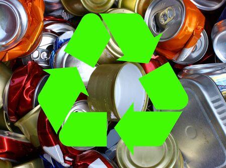 crushed aluminum cans: El internacional de reciclaje symbolover encima de un mont�n de latas de aluminio aplastadas Foto de archivo