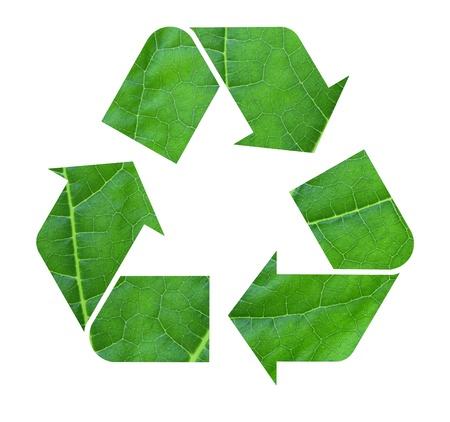 reduce reutiliza recicla: El s�mbolo internacional de reciclaje con textura de hojas, aisladas sobre fondo blanco