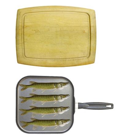 antiaderente: Una vecchia scheda di taglio di legno isolato su bianco con un quadrato antiaderente padella e quattro pickerel catena