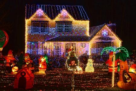 A Home ingericht en verlicht met 650.000 lampen en meer dan 60 springkussens voor Kerstmis en voor Nieuwjaar Eve at Night in Virginia Redactioneel