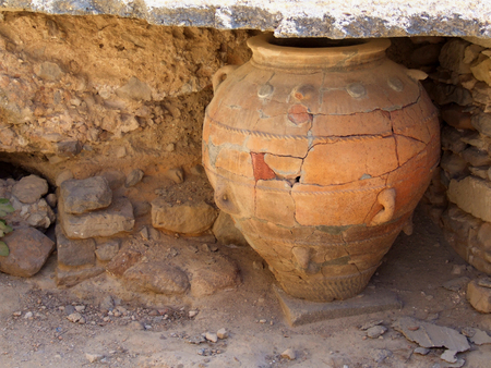 vasi greci: Ancient Minoan Storage Vase - Greece, Crete, Phaistos Archivio Fotografico