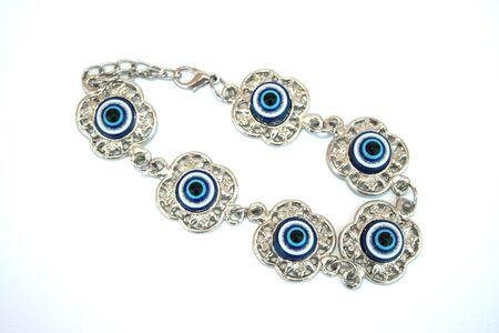 talism: Talism�n met�lico de la pulsera con los ojos azules para ayudar. Foto de archivo
