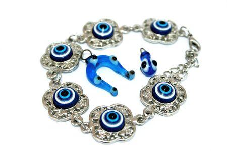 talism: Brazalete met�lico talism�n y zapato de caballo y soltar talism�n con ojos azules.