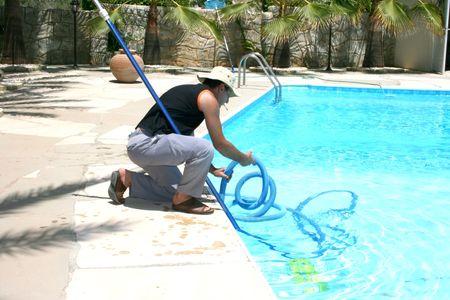 limpiadores: Piscina en el lugar m�s limpio durante su trabajo.  Foto de archivo