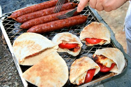 haloumi: Grilled sausages,halloumi cheese with tomatoes in pita bread.