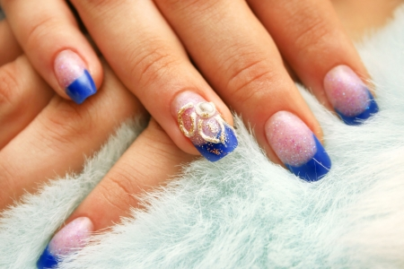 Woman hands with nail art on fur background. Standard-Bild