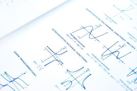 Fonctions mathématiques rathional sur fond gris.