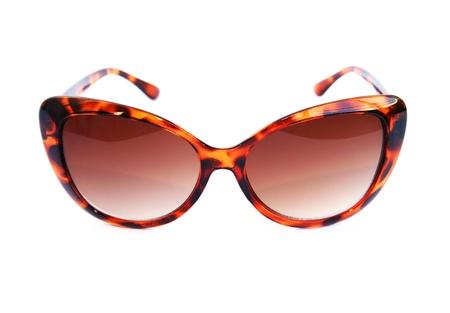 sunglasses: Gafas de sol de color marr�n sobre fondo blanco.