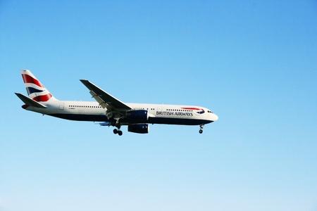 LARNACA-NOVEMBER7: Boeing 777 de British Airways llega a aeropuerto de Larnaca el 7 de noviembre de 2011 en Chipre.