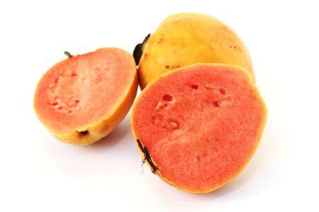 guayaba: Guayaba frutas aisladas sobre fondo blanco.