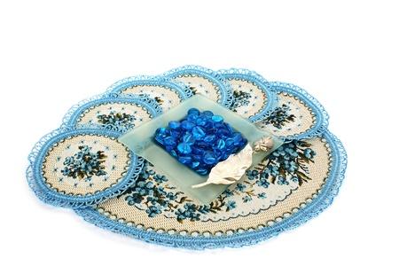 overlays: Superposiciones de mesa, la bandeja de ceniza con piedras aisladas sobre fondo blanco. Foto de archivo
